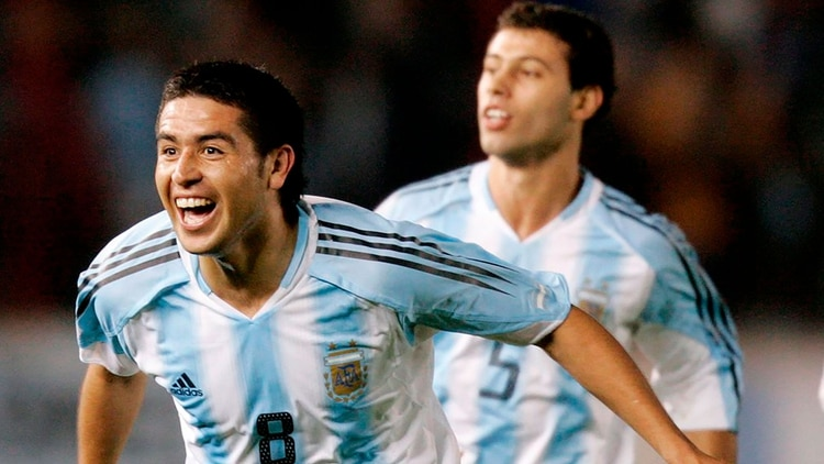 La alegría de Riquelme, compartida por Javier Mascherano, quien recibió un antológico paso de taco del 8 (Foto: Reuters)