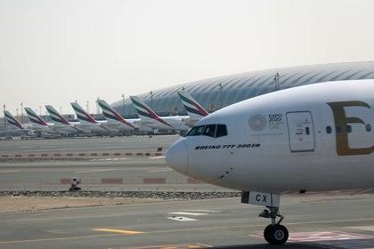 La aerolínea de Emiratos Árabes Unidos (EAU), Emirates, planea eliminar hasta 9.000 puestos de trabajo debido a la disminución de la demanda generada por la pandemia de COVID-19. EFE/EPA/ALI HAIDER/Archivo