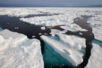 Una vista del hielo marino del Ártico. Greenpeace está realizando una expedición de un mes de duración en la helada campaña del Ártico para que se declare un santuario mundial alrededor de la zona deshabitada del Polo Norte. El hielo marino del Ártico ya ha desaparecido en un 75% en los últimos 30 años, y los científicos junto con Greenpeace están trabajando con expertos e ingenieros de escaneo 3D para capturar la verdadera forma del hielo marino del Ártico por primera vez. - © Greenpeace / Alex Yallop