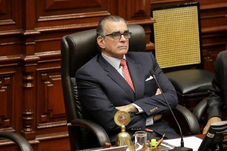 El presidente del Congreso Pedro Olaechea durante la sesión que votó la suspensión de Vizcarra (REUTERS/Guadalupe Pardo)