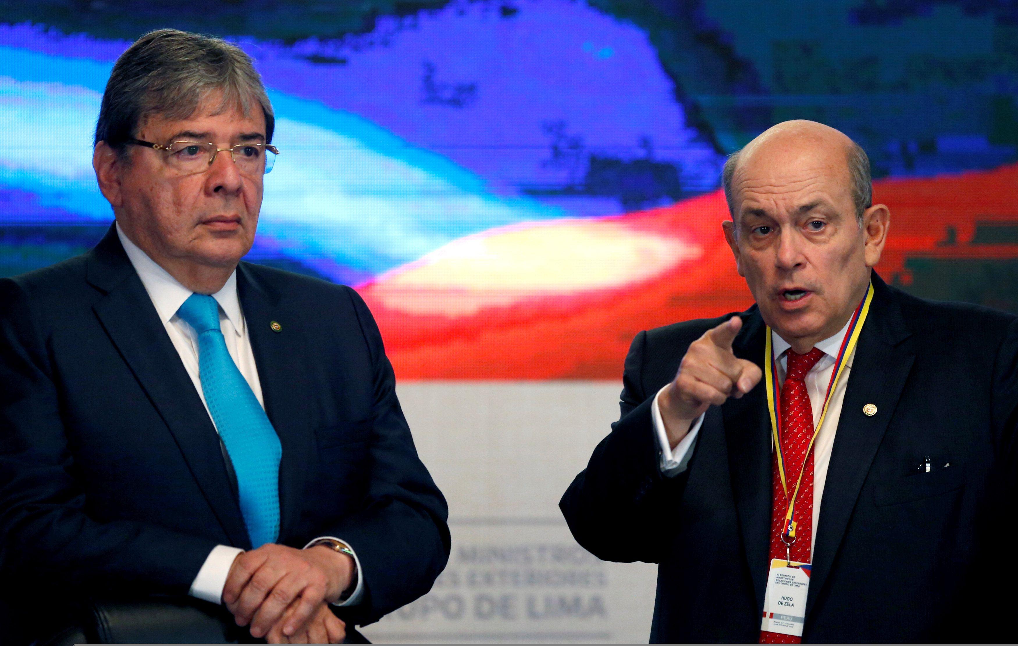 El ex canciller y ahora ministro defensa colombiano, Carlos Holmes Trujillo, y el canciller peruano, Hugo de Zela. (REUTERS/Luisa Gonzalez)