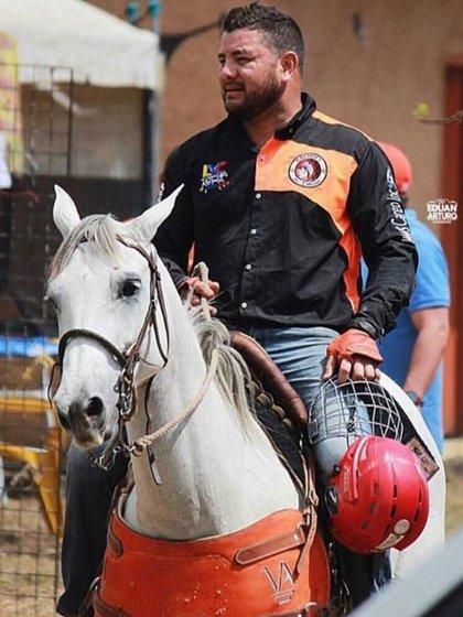 El capitán Sequea, durante un paseo a caballo