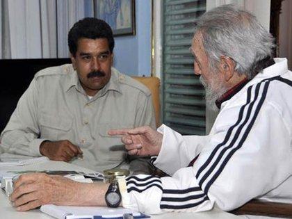 Fidel Castro junto a Nicolás Maduro, en 2013 en La Habana. El extinto líder cubano se encargó de rodear con hombres de su confianza al heredero de Chávez cuando este enfermó