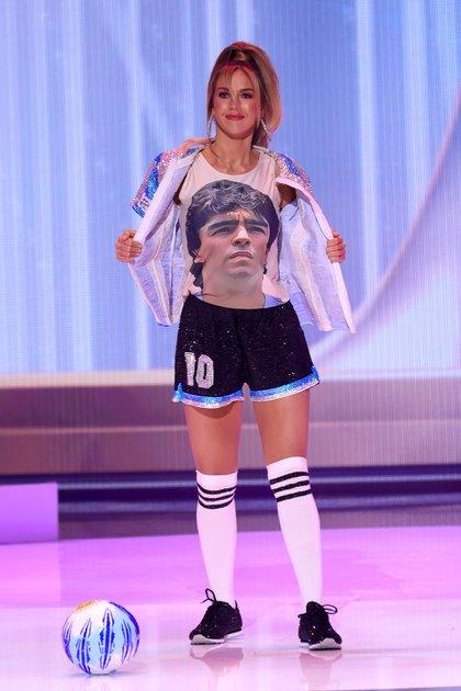"""""""A través de mi traje típico, celebremos el jugador en la cancha y no al hombre en su casa"""", dijo Alina Akselrad sobre la figura de Diego Maradona (Photo by Rodrigo Varela / GETTY IMAGES NORTH AMERICA / Getty Images via AFP)"""