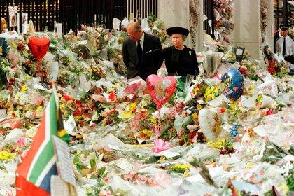 5 de septiembre de 2007. La reina Isabel II y el duque de Edimburgo mirando los tributos florales en las afueras del Palacio de Buckingham en memoria de la princesa Diana de Gales
