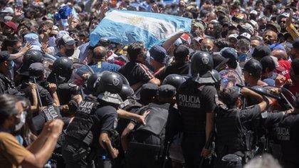 El cordón policial busca contener a los fanáticos