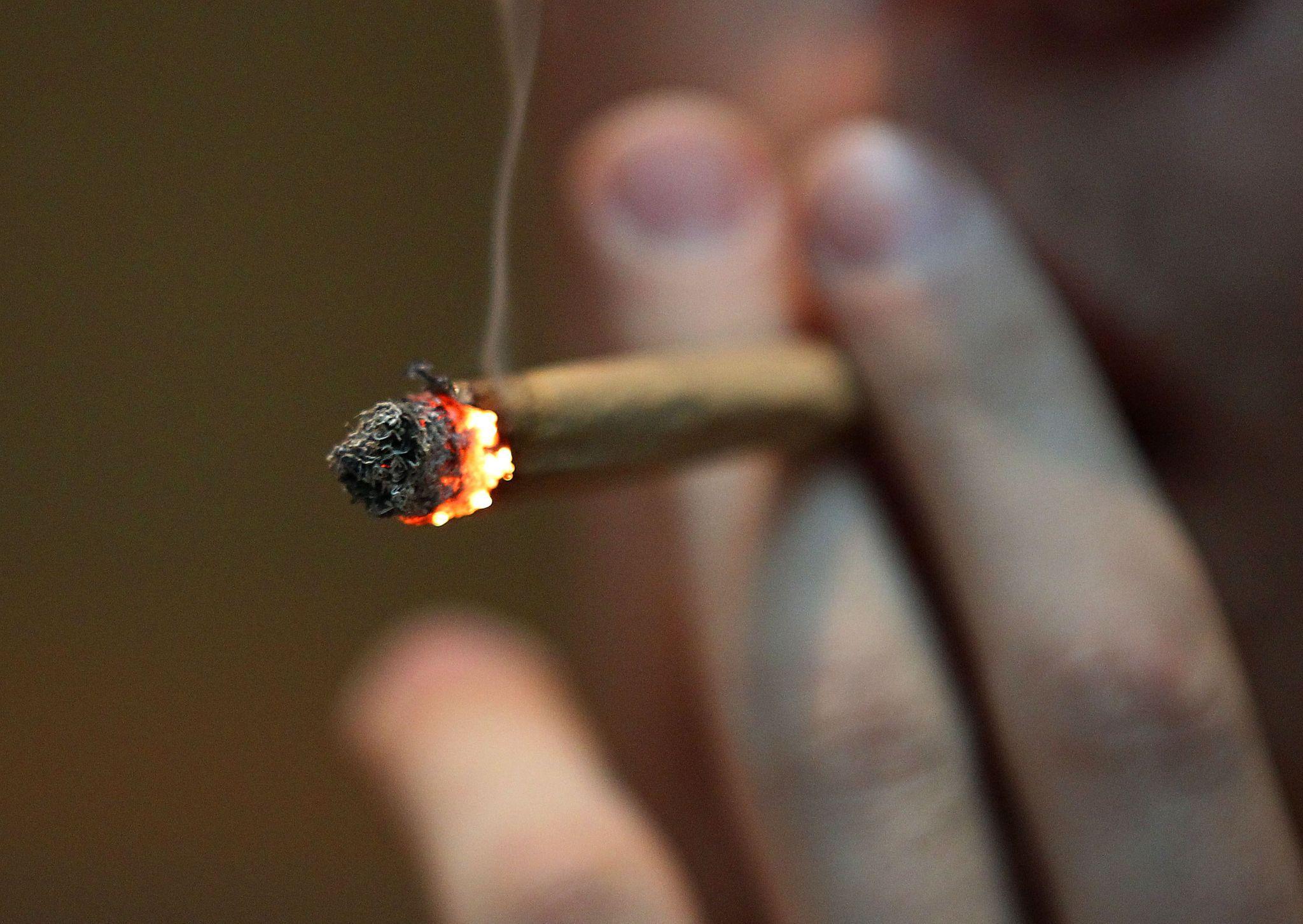 """ARCHIVO - ILUSTRACIÓN- Un hombre fuma un cigarrillo de marihuana en el Coffee Shop """"Easy Going"""" de Amsterdam. Ahora también será posible hacerlo legalmente en Nueva York. Foto: picture alliance / Oliver Berg/dpa"""