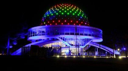 El Planetario con los colores de la bandera LGBTIQ+