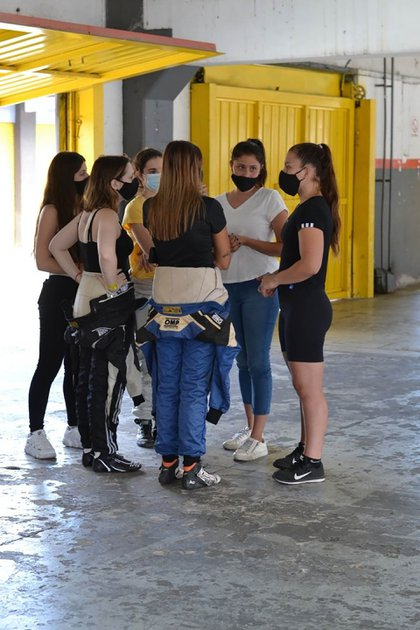 Las chicas en una reunión de equipo (Vitarti Girl's Team).