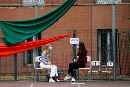 Estudiantes esperan para tomar sus exámenes finales bajo estrictas regulaciones en Italia en el Liceo J.F. Kennedy High School en Roma, Italia (REUTERS / Yara Nardi)