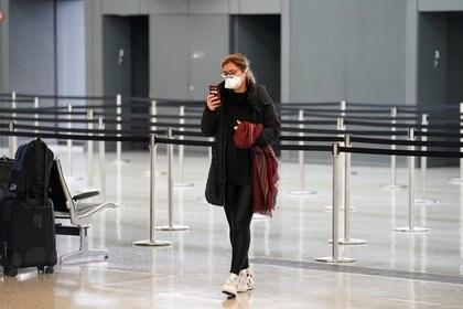 Las cancelaciones de pasajes y la falta de reservas nuevas reduce las operaciones de las aerolíneas y los aeropuertos. (REUTERS/Kevin Lamarque)