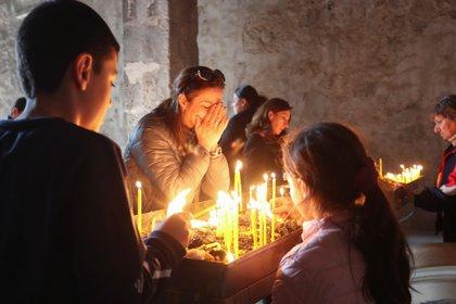Una mujer reza en el monasterio de Dadivank en la región de Nagorno-Karabaj, el 24 de noviembre de 2020. (Hayk Baghdasaryan/Photolure via REUTER)