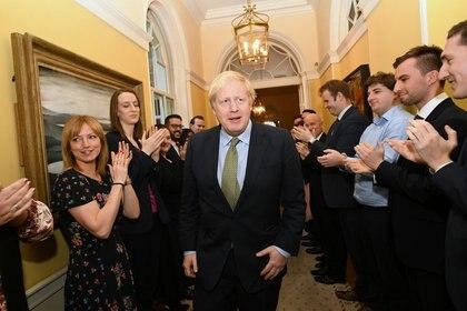 El primer ministro británico, Boris Johnson, es recibido en Downing Street, luego de reunirse con la Reina Isabel II y aceptar su invitación a formar un nuevo Gobierno en Londres. 13 de diciembre de  2019. Stefan Rousseau/Pool vía REUTERS.