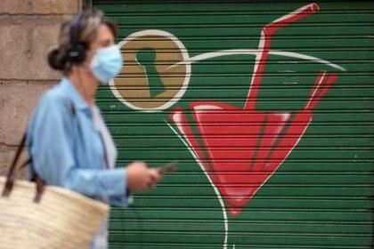 Foto del viernes de una mujer con una mascarilla caminando por una calle de Barcelona.  Jul 17, 2020. REUTERS/Nacho Doce