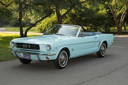 El primer Mustang que salió en 1964. Rompió récords de producción y venta (Prensa Ford)