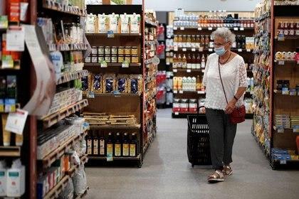 FOTO DE ARCHIVO: Una tienda de alimentos, durante la epidemia del coronavirus (COVID-19) en Bretigny-sur-Orge, cerca de París, Francia, 30 de julio de 2020. REUTERS/Benoit Tessier