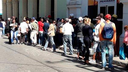 Los cubanos deben hacer horas de colas para conseguir alimentos y productos de limpieza