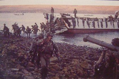En el desembarco de San Carlos, las bajas de las fuerzas británicas se estimaron en más de diez y cuatro helicópteros fueron anulados: dos destruidos y dos averiados