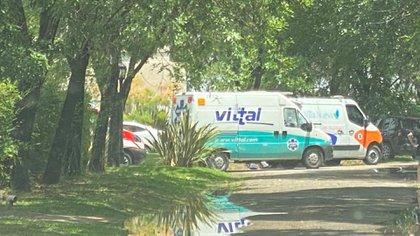 Las ambulancias frente a la casa de Maradona en el Country San Andrés de Tigre (Twitter: @carolinalosada)