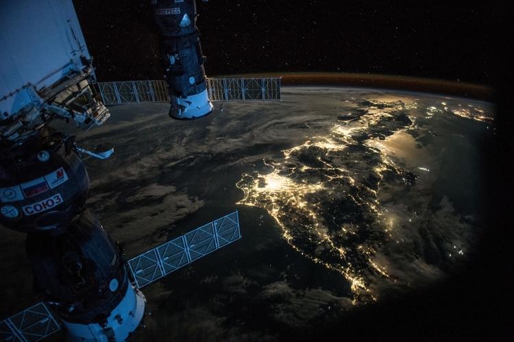 Japón de noche (Scott Kelly/NASA via The New York Times)