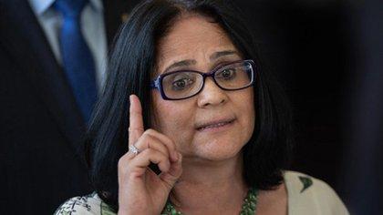La Ministra de la Familia, la Mujer y los Derechos Humanos de Brasil Damares Alves atribuyó los abusos sexuales a la falta de bombachas.