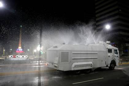 FOTO DE ARCHIVO-Un cañón de agua de un vehículo antidisturbios de las fuerzas de seguridad rocía desinfectante durante la cuarentena nacional, en un intento de contener la propagación del coronavirus en Caracas, Venezuela, Marzo 21, 2020. REUTERS/Manaure Quintero