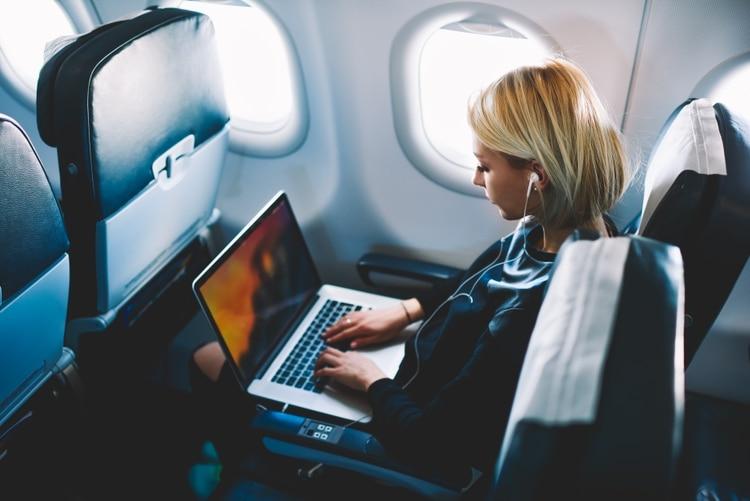 Algunos pasajeros, acostumbrados a tener otra pantalla mientras usan sus computadoras o celulares, no se conforman con la opción de WiFi a bordo (shutterstock.com)