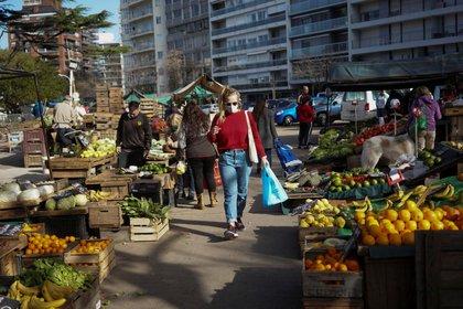 La gente compra en un mercado de productos ya que el país ha logrado controlar la enfermedad por coronavirus (COVID-19), en Montevideo. Uruguay. Foto del 23 de mayo de 2020 (REUTERS/Mariana Greif)