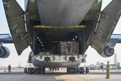 La entrega de Estados Unidos -que llegó desde la base militar de Travis en California- se produce tras las conversaciones mantenidas esta semana entre el presidente estadounidense Joe Biden y el primer ministro indio Narendra Modi (Reuters)