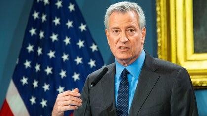 El alcalde de Nueva York, Bill de Blasio, propuso el cierre de toda actividad no esencial (REUTERS/Eduardo Munoz)