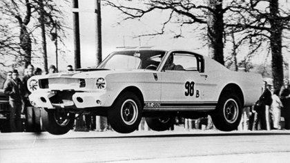 La foto del Mustang volando en un circuito texano en 1965 dio la vuelta al mundo y originó la leyenda.