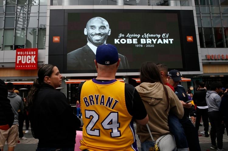 Así lució el Staples Center después de que la estrella de baloncesto muriera en un accidente de helicóptero - REUTERS/Monica Almeida