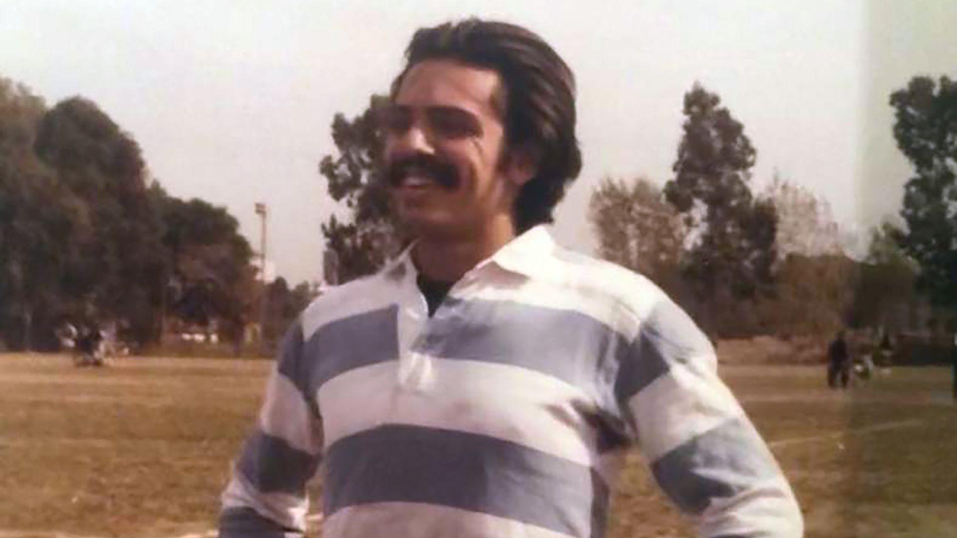 """Ya en la UBA, donde en empezó a estudiar derecho en 1977 y trabajaba en Tribunales, jugaba al fútbol en el torneo interfueros. """"Ibamos al campo de Ciudad Universitaria. Era arquero de equipo del fuero penal"""", recordó un compañero de aquellos años que luego sería fiscal federal. """"Creía que era bueno, pero nosotros queríamos que fuese el arquero del equipo rival"""", contó su amigo Eduardo Valdés."""
