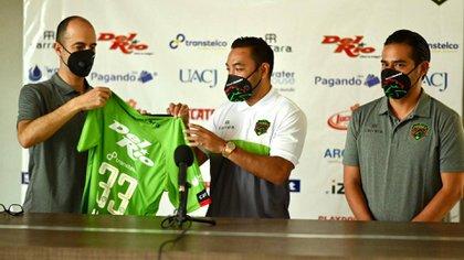 Marco Fabián recibe su jersey durante la presentación se su fichaje con Juárez (Foto: Twitter/ @fcjuarezoficial)