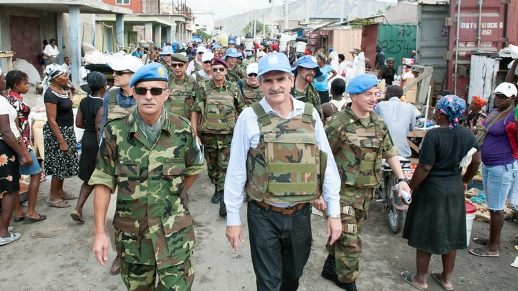 El ministro de Defensa argentino, Agustín Rossi, en una visita a los cascos azules de su país estacionados en Haití.