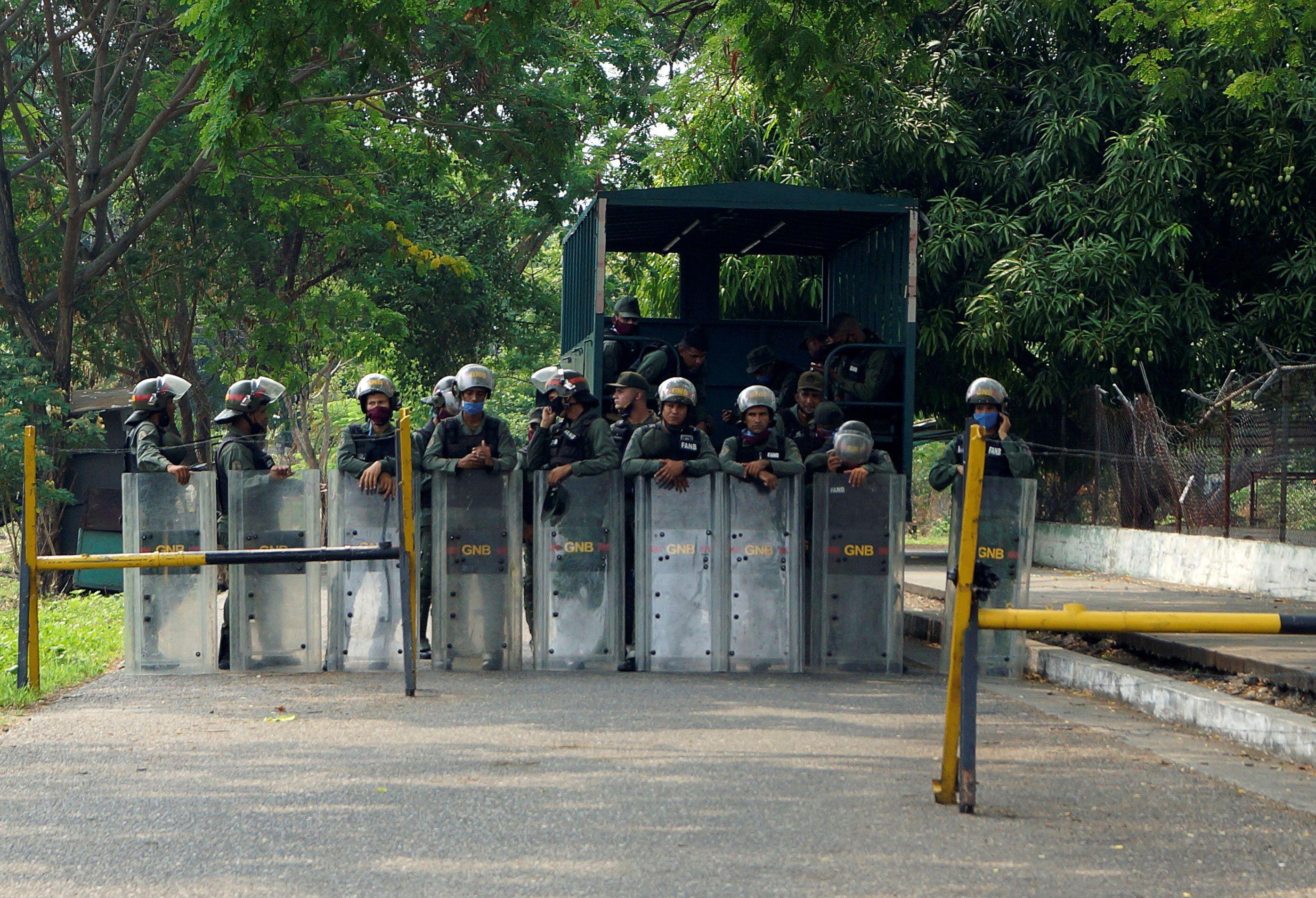 Miembros de la Guardia Nacional Bolivariana custodian el ingreso del penal de Los Llanos, donde se produjo la masacre