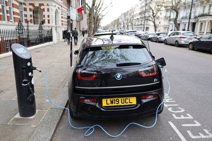 El gobierno acelerará la expansión de los puntos de carga eléctricos para los automóviles