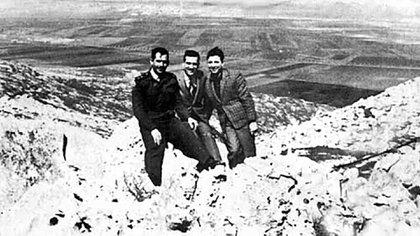 Cohen con dos amigos del ejército sirio. La imagen fue enviada a la central del Mossad. Se mostraban allí fortificaciones de Siria frente a Israel
