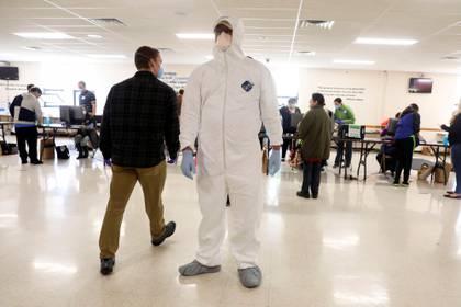 Las autoridades sanitarias del estado tomaron la temperatura de los ciudadanos que se acercaron a los centros de votación. REUTERS/Daniel Acker