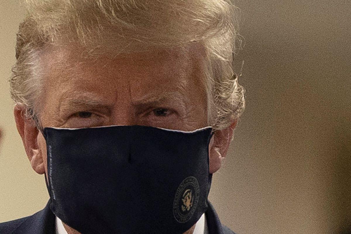 El presidente Donald Trump usa un mascarilla por primera vez en público