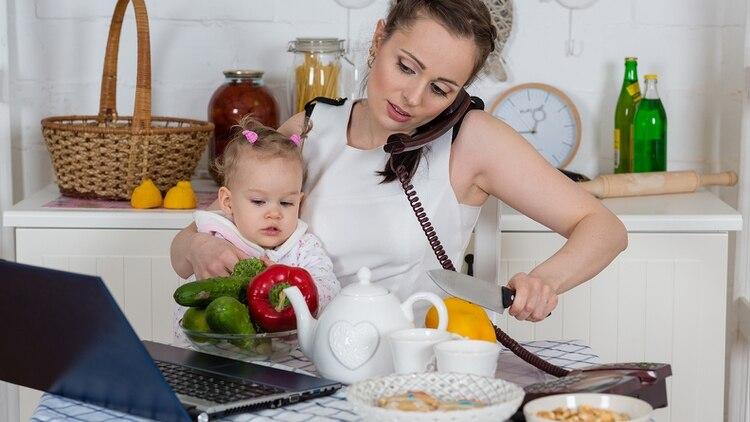 La mujer que trabaja dedica el doble de tiempo que el hombre a las ...