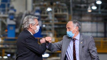 El presidente Fernández se saludo con el titular de la UIA, Miguel Acevedo