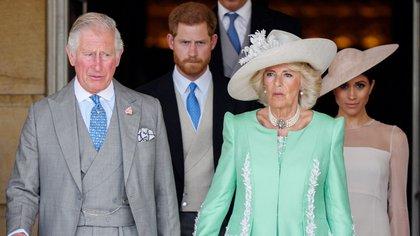 El príncipe Carlos y Camilla Parker Bowles, escoltados por el príncipe Harry y Meghan Markle (Tim Rooke/Shutterstock)