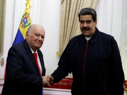 El asesor de la Unión Europea para la crisis Venezolana Enrique Iglesias, junto con Nicolás Maduro, en un encuentro en Caracas, en julio de 2019 (REUTERS/Carlos Garcia Rawlins)