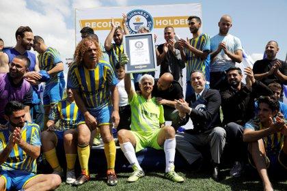 Isaak Hayik, de 73 años de edad, celebra su récord tras un partido con el equipo de fútbol israelí Ironi Or Yehuda el 5 de abril de 2019. (Reuters)