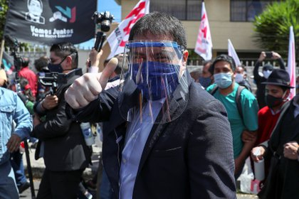 En la imagen un registro del candidato a la presidencia de Ecuador por el Centro Democrático (CD), Andrés Arauz (c), cuya fórmula vicepresidencial sería el expresidente Rafael Correa. EFE/José Jácome/Archivo