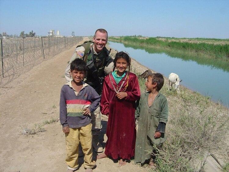 Dan Nevins con niños iraquíes cerca de Balad, donde estuvo destinado en 2004 Foto: (Cortesía de Dan Nevins)