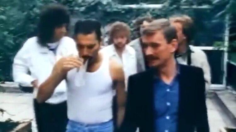 El manager junto a la banda