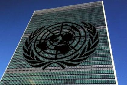 FOTO DE ARCHIVO: El logo de Naciones Unidas frente al edificio de la sede de las Naciones Unidas durante la 71ª Asamblea General de las Naciones Unidas en el barrio de Manhattan de Nueva York, Estados Unidos. 22 de septiembre de 2016. REUTERS/Carlo Allegri
