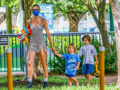 Candice Swanepoel aprovechó un día soleado en Miami Beach para llevar a sus hijos a jugar al parque. La modelo sudafricana llevó juguetes para que los pequeños Ariel, y Anaca -de su relación con Hermann Nicoli- se entretuvieran en la plaza. Ella, además, llevó puesto su tapabocas